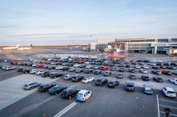 Autocine en plataforma aeropuerto de Vilnius (VNO) en Lituania